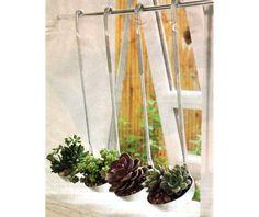 As suculentas são fáceis de plantar, cuidar e perfeitas para quem não tem muito tempo ou habilidade de jardinagem. Por isso, reunimos 13 lugares criativos para plantá-las, sem limites de espaço úti…