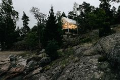 Residing on a remote island in the Stockholm archipelago, the Viggso Cabin takes advantage of its coastal setting with its elevated foundation. A sereis of posts raise the home off the ground to perserve the plot's natural landscape and to...