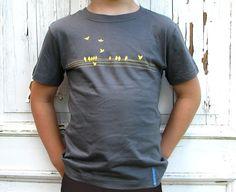 Wo kommen die denn alle her, gibts hier was Spannendes zu sehen? Viele gelbe Vögel auf steingrauem Shirt.  Fairgehandeltes T-Shirt aus 100 % Bio-Baumwolle Mens Tops, Fashion, Yellow Birds, Cotton, Moda, Fashion Styles, Fashion Illustrations