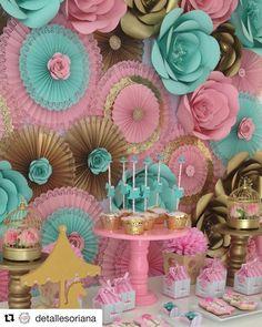 "81 Me gusta, 8 comentarios - Michelle (@flor_arte_papel) en Instagram: ""Painel maravilhoso!! Estou encantada com os detalhes!!! Mini rosas no meio das rosetas misturadas…"" Paper Flower Backdrop, Paper Flowers, Baby Shower Decorations, Flower Decorations, Bridal Room Decor, Festa Pin Up, Baby Girl Birthday Theme, Carousel Party, Paper Flower Tutorial"