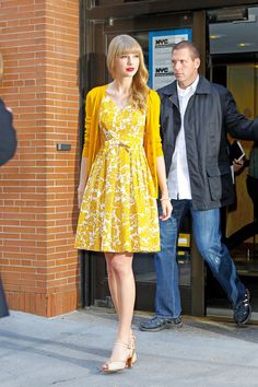 Taylor Swift Photos - Taylor Swift keeps it classy and casual in a floral print dress and cardigan, as she leaves ABC Studios in New York City. Swift released her fourth studio album, 'Red', in October. - Taylor Swift Promotes 'Red' in NYC 4 Taylor Swift Outfits, Taylor Swift Hot, Taylor Swift Casual, Estilo Taylor Swift, Estilo Preppy, Swift Photo, Dress With Cardigan, Looks Vintage, Red S