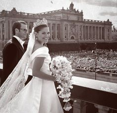 Prince Daniel and Crown Princess Victoria and their subjects. Ah, nothing like a royal wedding.I love the pomp and circumstance. Victoria Prince, Princess Victoria Of Sweden, Princess Estelle, Crown Princess Victoria, Royal Princess, Prince And Princess, Kroonprinses Victoria, Royal Brides, Royal Weddings