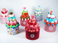 Tarta de chuches Candy Cakes, Candy Favors, Candy Gifts, Marshmallow Cake, Bar A Bonbon, Sweet Trees, Sweet Box, Chocolate Bouquet, Candy Bouquet