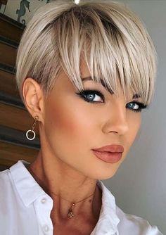 Gorgeous Pixie Haircuts with Bangs for Short Hair to Show Off Now | Stylezco Edgy Short Hair, Short Hair Trends, Short Hair With Layers, Short Hair Cuts For Women, Short Hair Styles, Haircuts For Fine Hair, Short Pixie Haircuts, Haircuts With Bangs, Pixie Haircut Fine Hair