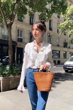 Want to get that French Girl style? Learn how to master the 7 keys to French fashion, from looking perfectly undone to accessorizing right. Style Année 70, French Girl Style, Style Blog, Parisian Summer, Parisian Chic Style, Minimalist Fashion French, French Fashion, 70s Fashion, Girl Fashion