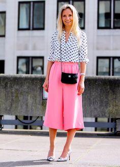 calça cropped rosa com camisa de bolinhas