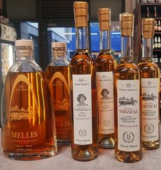 15 and 21 years old meads aged in oak barrels Honey And Co, Honey Love, Buy Honey, Honey Cosmetics, Honey Mead, Honey Benefits, Creamed Honey, Honey Syrup