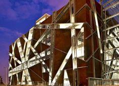 La Biblioteca Juan José Arreola es una de las más grandes e importantes del país. Tiene capacidad para atender hasta 3.600 usuarios simultáneos, con los servicios de los diferentes centros especializados.  Este diseño moderno en el cual integra el Panel Miniwave genera un beneficio de bajo consumo de aire acondicionado en una ciudad tan caliente como Guadalajara. Pavilion, Opera House, Fair Grounds, Architecture, Panel, Buildings, Design, Ideas, Corten Steel