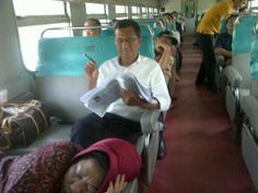 Suatu hari di kereta kelas bisnis. Pak Dahlan Iskan yang duduk sambil bekerja sementara Bu Dahlan tertidur pulas.