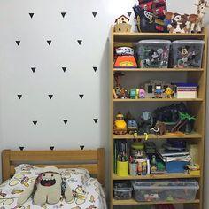 """Piratas Hora de Aventura Toy Story Playmobil.  O Bernardo adora tudo isso e está adorando também os adesivos """"pirâmide"""" que a sua mãe Elisa (@elisarjanuario) usou para decorar a parede do quarto.  Ficou lindo.  - Veja mais opções de adesivos em #AdesivosNaCasadajoana e deixe a sua parede mais interessante. - http://ift.tt/2aJauR6 (link na bio). #nacasadajoana #abaixoasparedesvazias #pôster #posters #quadros #enquadrados #design #decoração #decor #interiordesign #pinterest #meunacasadajoana…"""