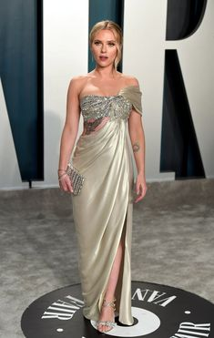 Oscars Scarlett Johansson Vanity Fair after party. She wore a platine liquid lamé encrusted bandeau gown by Oscar de la Renta. Vanity Fair Oscar Party, Red Carpet Looks, Red Carpet Dresses, Red Carpet Fashion, Glamour, Look Fashion, Strapless Dress Formal, Nice Dresses, Celebrity Style