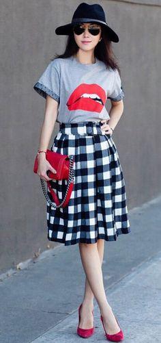 saia midi xadrez #amamos _ T-shirt boca #perfeita !! Look completo. A saia midi também é tendência nesse inverno e no ano de 2017!