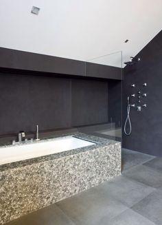 Rtl woonmagazine Home, White Tiles, Bathroom, Black Floor, Flooring, Inspiration, Mosaic, Bathtub, Sink