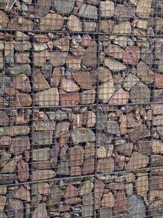 Muur van betongaas en natuursteen