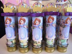 Lembrancinha fácil de fazer e linda: tubetes personalizados. Para o tema Princesa Sofia, achei uma graça a ideia de colar coroa e laço! Foto retirada do site Cupcake Art