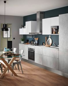 How to design a kitchen in i: tips and tricks for a kitchen in gray concrete effect waxed with a dark blue wall. Ikea Kitchen Design, Small Kitchen Storage, Kitchen Decor, Minimal Kitchen, New Kitchen, Kitchen Tips, Home Suites, Cool Kitchen Gadgets, Scandinavian Kitchen