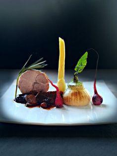 pork roast, burned root vegetables, mushroom ragout by uwe spätlich, L'art de dresser et présenter une assiette comme un chef de la gastronomie...