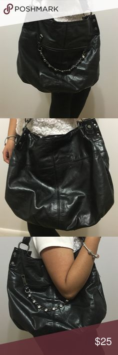 Vera Wang Purse💕 Vera Wang Purse. Black with chain going across front zipper of Purse! In great condition! Clean on the inside. Barely used. Barely noticeable marks in the back of the Purse. Please feel free to ask any questions!☺️ Vera Wang Bags