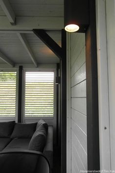 Heerlijk buitenleven, tuin te 's-Gravendeel, tuinverlichting-wandverlichting-veranda-overkapping-down-light-outdoor-verlichting-avondbeeld-tuin-wandlampjes-shutters-buiten-shutterschermen-sjutters-tuinschermen-timkok-hovenier