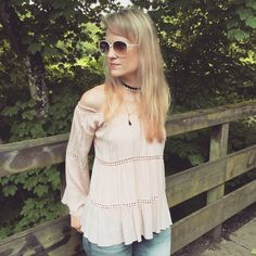 Outfit with off shoulder blouse, ripped jeans, vintage sunnies, choker | Fashion Inspiration | How to wear