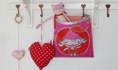 Vrolijke en kleurrijke opbergtassen voor op de kinderkamer. Ook mogelijk in de uitvoering als tas voor aan de schouder.