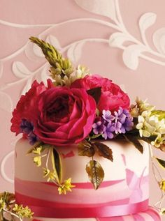 Author of new title Wedding Cakes: The Couture Collection, Naomi Yamamoto teaches how to create this stunning sugar bouquet at Squires School. Pen Cake, Fondant, Sugar Paste Flowers, Decorating Cakes, Sugar Craft, Small Cake, Fancy Cakes, Cake Tutorial, Cake Creations
