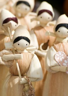 March of the Dolls! Corn Husk Crafts, Corn Husk Dolls, Weaving Designs, Weaving Art, Christmas Traditions, Creative Art, Folk Art, Sculptures, Projects To Try