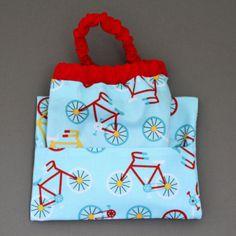 Serviette de table enfants cou élastiqué Vélos et sa pochette assortie Lilooka, 100 % coton, lavables à 40°. Motifs Vélos. A partir de 3 ans. La pochette protégera la serviette à la cantine, chez la nounou ou à la maison. Idée cadeau. http://www.lilooka.com/a-table-1/serviettes-de-table-enfant-cou-elastique-et-pochettes-assorties/serviette-de-table-enfants-cou-elastique-velos-et-sa-pochette-assortie-lilooka-1.html