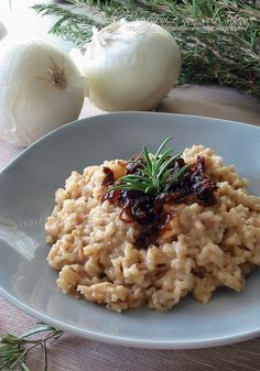 Risotto alle cipolle caramellate e rosmarino | ricetta Rice Recipes, Vegetarian Recipes, Cooking Recipes, Healthy Recipes, I Love Food, Good Food, Italy Food, Italian Recipes, Quinoa