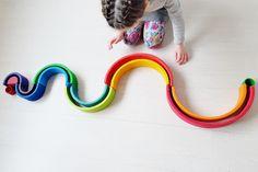 Knikkerbaan in slangvorm; 1 van de meer dan 50 voorbeelden met de Grimm's regenboog #grimmsrainbow - Mamaliefde.nl