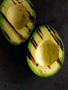 I LOVE avocado! Just a normal avocado grilled a little! Healthy Fats, Healthy Snacks, Healthy Eating, Healthy Recipes, Veggie Recipes, Grilled Avocado, Avocado Pesto, Avocado Cream, Gourmet