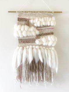 Que teje el tapiz caprichoso Macrame Wall Hanging Diy, Weaving Wall Hanging, Weaving Art, Tapestry Weaving, Loom Weaving, Hand Weaving, Weaving Projects, Macrame Projects, Yarn Crafts