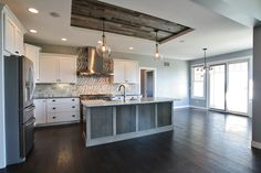 I like the use of the Stikwood for smaller architectural details like this ceiling. Stikwood peel and stick wood wall planking used in ceiling application. Contemporary American Kitchens, Modern Contemporary, Ceiling Design, Ceiling Ideas, Ceiling Decor, Stick On Wood Wall, Diy Rustic Decor, Wood Ceilings, Shiplap Ceiling