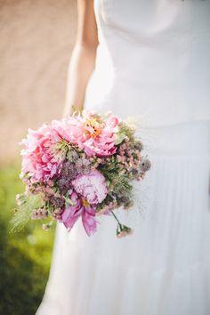 Ramo de novia en tonos rosa. Decoración floral veraniega. Detallerie wedding planners.