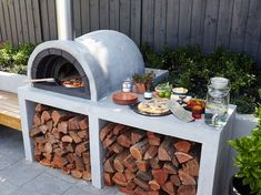 brick pizza oven outdoor What's the secret to a good-looking and functional outdoor area design? Read our tips and outdoor living ideas to help create your dream outdoor area. Diy Pizza Oven, Pizza Oven Outdoor, Brick Oven Outdoor, Build A Pizza Oven, Oven Diy, Outdoor Cooking Area, Outdoor Rooms, Outdoor Living, Outdoor Kitchens