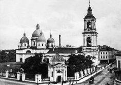 Церковь Вознесения Господня, которая находилась рядом с домом, где жили Достоевские, была построена в 1760-х годах по проекту архитектора Ринальди. В начале 19 века была осуществлена перестройка церкви архитектором Руской.