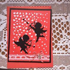 cupidons- représentations: 1-'' l'art grec, représenté sous les traits d'un beau jeune homme, pour symboliser l'aveuglement de l'amour. Il porte un arc, envoie des flèches capables d'inspirer le désir dans le cœur des dieux et des hommes.'' 2- ''mythologie romaine, sous l'aspect d'un enfant, pourvu ou non d'ailes, armé d'un arc et carquois rempli de flèches et quelquefois muni d'une torche allumée ou d'un casque et d'une lance, parfois couronné de roses, symbolisant le plaisir. ''