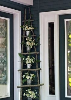 Do you have a small or large backyard? Are you thinking about sprucing out your porch or patio? Well, container gardening is one of the best ways to keep your garden looking beautiful, regardless of the space. Try these container gardening tips for the. Diy Ladder, Wooden Ladder, Diy Shows, Decoration Plante, Hanging Plants, Hanging Baskets, Porch Decorating, Budget Decorating, Garden Projects