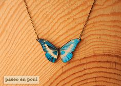 Colgante Mariposa Bowie. Impresión sobre madera.   ♥ ♥ ♥ ♥ ♥ ♥ ♥   Bowie´s butterfly necklace with a design on printing wood.