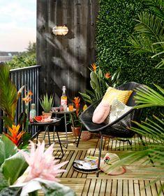 KARWEI   Weinig ruimte, véél sfeer. Het tropische groen knalt er lekker uit tegen zo'n zwarte achter-grond. Maak optimaal gebruik van een klein oppervlak, met een gevlochten bankje en een paar kleine bijzettafeltjes. Ze zijn licht, dus makkelijk te verplaatsen, en door de open constructie oogt het luchtig en ruimtelijk   03-2019 Tiny Balcony, Balcony Design, Balcony Ideas, Rooftop Terrace, Terrace Garden, Outdoor Spaces, Outdoor Living, Outdoor Decor, Summer House Interiors