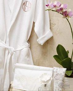Mantén la elegancia con nuestras batas y bolsitas de esenciales para el baño, personalizadas a tu gusto con el más fino bordado.  #MarcanLenceria