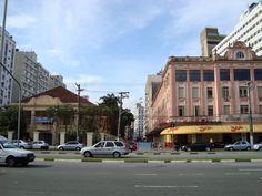 Rua Marcílio Dias, Bairro do Gonzaga, Santos/SP. Do lado direito, Hotel Avenida Palace, do Lado esquerdo Caixa Econômica Federal.
