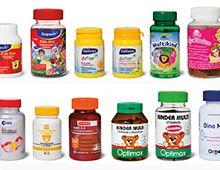 Multivitaminepillen voor kinderen bevatten veel meer vitamines dan wat ze dagelijks nodig hebben. Dat blijkt uit onderzoek van de Consumentenbond naar 15 potjes kindervitamines. De aanbevolen dagelijkse hoeveelheid (ADH) die op de etiketten staat, slaat op volwassenen en niet op kinderen. Een teveel aan vitamines kan in sommige gevallen gevaarlijk zijn.