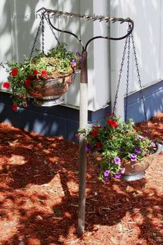 Upcycle Projects and Ideas – DIY Upcycled Household Items and Junk Into Furniture, Decor and More – Clever DIY Ideas Easy DIY gardening ideas – repurposed rake turned into a hanging flower basket holder for your flower garden or backyard Rustic Garden Decor, Vintage Garden Decor, Rustic Gardens, Garden Decorations, Vintage Gardening, Outdoor Garden Decor, Outdoor Crafts, School Decorations, Outdoor Projects