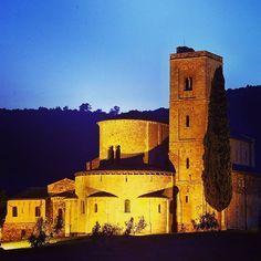 Abbazia di Sant'Antimo https://tuscanyplanet.com/abbazia-di-santantimo/ #santantimo #montalcino #siena #tuscany #toscana #italy #italia #art #arte #architecture #architettura #TuscanyPlanet #romanic #romanico #church