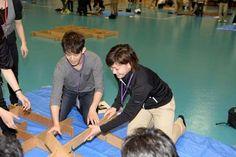 立体パズルを作るフィギュアスケート・小塚崇彦選手(左)とアイスホッケー・大沢ちほ選手(写真:フォート・キシモト)