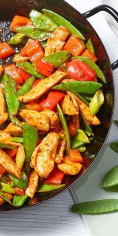 """Das Zuckerschoten Sweet Chili Chicken ist das perfekte Gericht für Fans der asiatischen Küche. Die Würzpaste aus der """"Ideen vom Wochenmarkt""""-Reihe ist pikant gewürzt mit Sojasauce, Ingwer, Zitronengras & Chili und dient als süß scharfe Sauce für das milde Hähnchenfilet und das knackige Gemüse."""