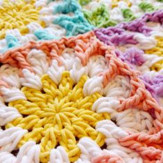 Enjoy you're evening!! 💖🌹💚🌸 Crochet ✔ Netflix ✔ Tea ✔ #hipmetkleur #yarnandcolors #grannysquare #crochetaddict #crochet #haken #heelhollandhaakt #virka #häkeln #häkelnisttoll #örgu #unchinetto #petalcrush  idea only