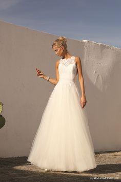 Linea Raffaelli b17-set-053, collectie 2017 Een moderne prinsessen trouwjurk met toch een unieke stijl. Het lijfje heeft een hartvormige halslijn met daaroverheen hoog gesloten doorzichtige kant. Ook prachtig de horizontale lijnen in het lijfje in combinatie met de wijde tule rok.