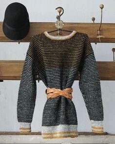 Det særlige ved vævestrik er, at du altid kun strikker med en farve ad gangen. Så selv om mønsteret ser kompliceret ud, er det slet ikke så vanskeligt at strikke. Knitting Stitches, Knitting Yarn, Knitting Patterns, Knitting Sweaters, Fashion Moda, Okapi, Pulls, Knitwear, Winter Outfits